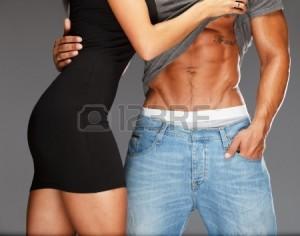24647339-joven-mujer-abrazando-con-el-torso-musculoso